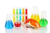 Zkumavky s barevnými tekutinami izolovaných na bílém — Stock fotografie