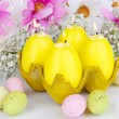 Easter candles with flowers close up — ストック写真