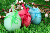 Colorful eastern eggs on grass close-up — Stock Photo