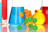 Modello di molecola e provette con liquidi colorati da vicino — Foto Stock