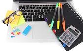 Laptop mit briefpapier isoliert auf weiss — Stockfoto