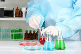 Scientist conducting research in laboratory close up — Foto Stock