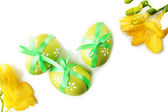 明亮的复活节彩蛋用的弓和孤立在白色的花 — 图库照片