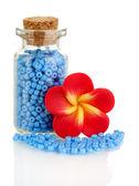 Kleine flasche voll mit bunten perlen isoliert auf weiss — Stockfoto