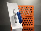 Metall verktyg för byggnaden och tegel isolerade på svart — Stockfoto