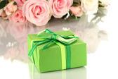 Vacker gåva på blommor bakgrund isolerad på vit — Stockfoto