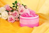 Güzel hediye çiçek zemin üzerine — Stok fotoğraf