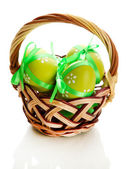 以弓在篮子里,在白色孤立的明亮复活节彩蛋。 — 图库照片