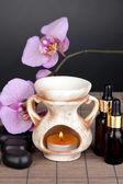 Aromaterapi lamba gri arka plan üzerinde — Stok fotoğraf