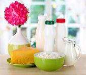 Prodotti lattiero-caseari sul tavolo in cucina — Foto Stock