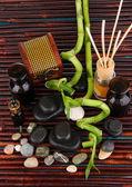 Composición de spa con ramas de bambú en primer plano de la mesa de madera — Foto de Stock