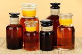 Botellas de medicina sobre fondo beige — Foto de Stock