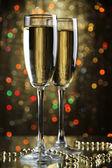 ライトと明るい背景にシャンパンを 2 杯 — ストック写真