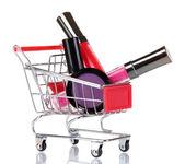 Kosmetyki w koszyku na białym tle — Zdjęcie stockowe