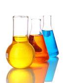 Tubos de ensayo con líquidos coloridos aislados en blanco — Foto de Stock