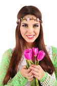 Buket çiçek, üzerinde beyaz izole holding'in başında dekoratif çelenk ile genç güzel kız — Stok fotoğraf
