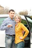Pareja con las llaves del coche — Foto de Stock