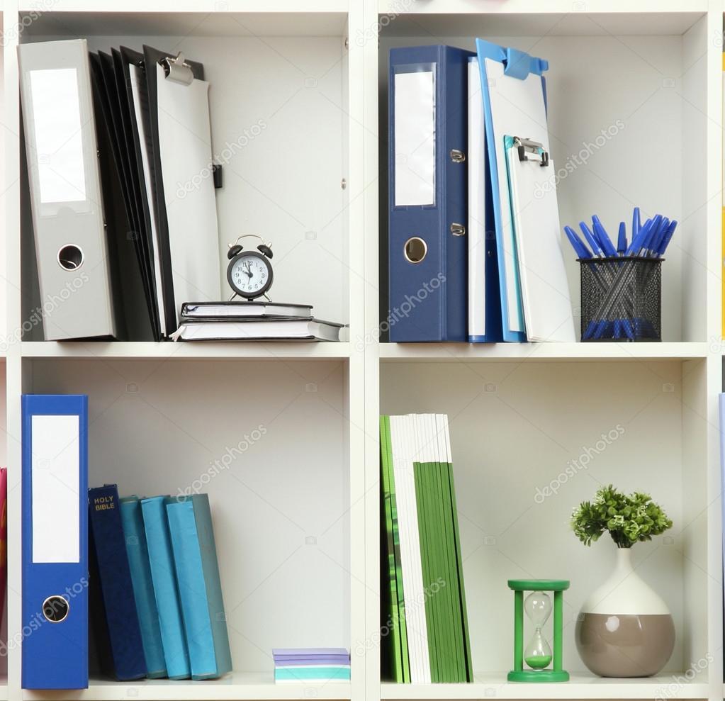 Tag res de bureau blanc avec diff rents articles de for Articles papeterie bureau