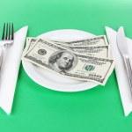 pieniądze na tabliczce na zielonym tle — Zdjęcie stockowe