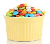 Beyaz izole kase renkli şekerler — Stok fotoğraf