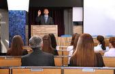 Homme d'affaires fait un discours — Photo