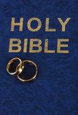обручальные кольца на библии — Стоковое фото