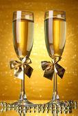 два бокала шампанского на светлом фоне с огнями — Стоковое фото