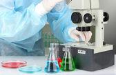 Naukowiec prowadzenie badań patrząc przez selektywnej ostrości mikroskopu z bliska — Zdjęcie stockowe