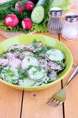 Ahşap masa yakın çekim ıslak zeminde vitamini sebze salatası — Stok fotoğraf