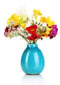 красивый букет фрезии в синей вазе, изолированные на белом фоне — Стоковое фото