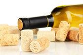 Wina i korki na białym tle — Zdjęcie stockowe