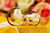 Anelli di nozze legati con nastro su sfondo luminoso — Foto Stock