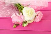 Ranunculus (perzisch boterbloemen), op roze houten achtergrond — Stockfoto