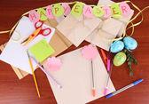 Schrijven brief van felicitaties aan paasvakantie op houten tafel close-up — Stockfoto