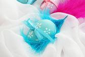 Lindos ovos de páscoa e penas decorativas, close-up — Fotografia Stock