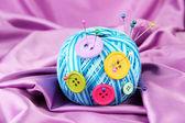 カラフルなボタンや布の背景の色に羊毛ボール — ストック写真