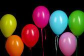 Balões coloridos em close-up de fundo amarelo — Foto Stock