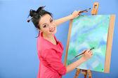 Vacker ung kvinna målare på jobbet, på cologne bakgrunden — Stockfoto