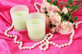 Свеча на розовой ткани закрыть - up — Стоковое фото