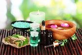 Samenstelling van de spa met aroma oliën op tafel op lichte achtergrond — Stockfoto