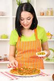Kız ev hanımı ile mutfak zemin üzerine lezzetli pizza — Stok fotoğraf