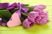 Lindo buquê de tulipas roxas sobre fundo verde de madeira — Foto Stock