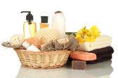 Zusammensetzung der kosmetik-flaschen und seife in korb, isoliert auf weiss — Stockfoto