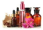 Bouteilles avec des ingrédients pour le parfum, isolé sur blanc — Photo