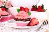 Beautiful strawberry cupcakes on dining table close-up — Stock Photo