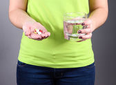 Many pills and glass water in hand — Foto Stock
