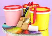 Sada pro malování: malování hrnce, štětce, malířský váleček, paletu barev na pozadí lila — Stock fotografie