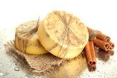 Мыло ручной работы и бамбука с каплями, крупным планом — Стоковое фото