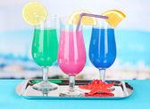 Очки коктейлей на столе возле бассейна — Стоковое фото