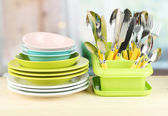 Tabak, çatal, bıçak, kaşık ve diğer mutfak malzemesi parlak zemin üzerine — Stok fotoğraf